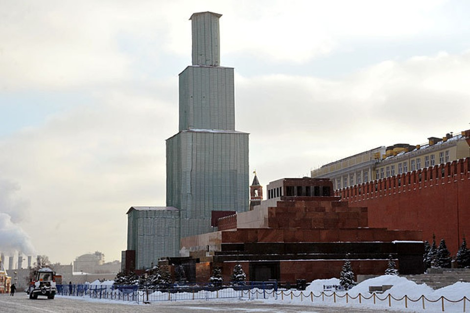 За несколько недель до Нового года главную башню страны упаковали в строительные леса для реставрации