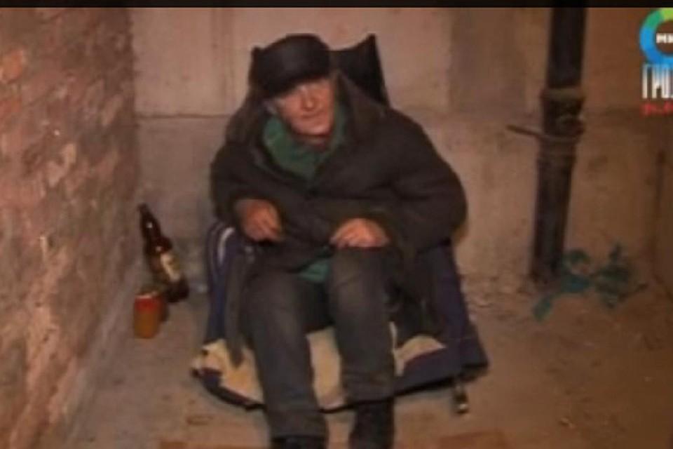 Бомж трахает телку в подвале — photo 2