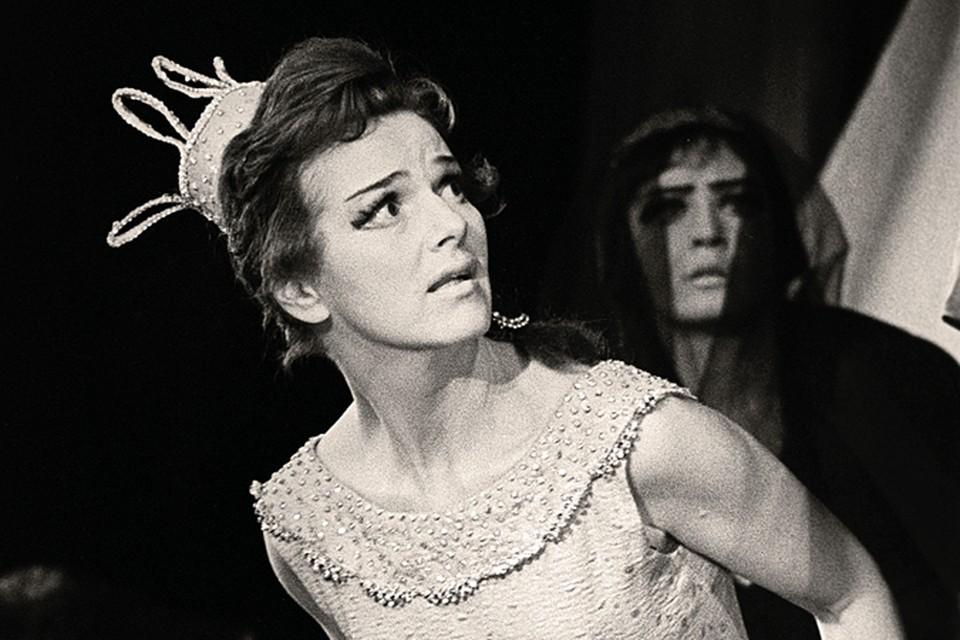 1963 год. Главную роль в своей постановке «Принцесса Турандот» Рубен Симонов, исповедовавший культ красивых женщин, отдал той, кого считал самой прекрасной, - Юлии Борисовой.