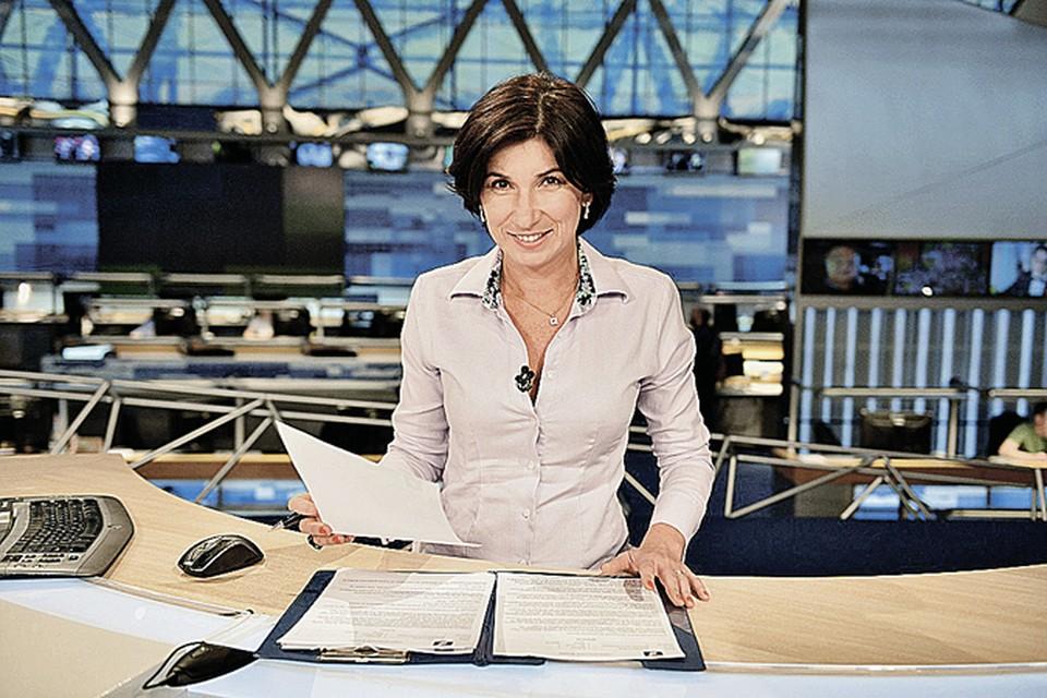 Уже третий год журналистка ведет «Воскресное время» в эффектных нарядах... Фото: Первый канал.