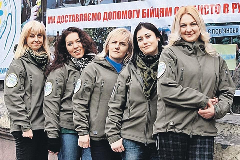 Волонтерши из центра «Небайдужный народ» сублимируют свою нереализованную энергию в помощь несокрушимым «киборгам». Фото: 048.ua