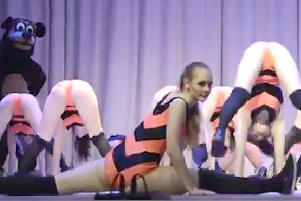 Школьницы исполнили эротичный танец в костюмах цвета георгиевских лент