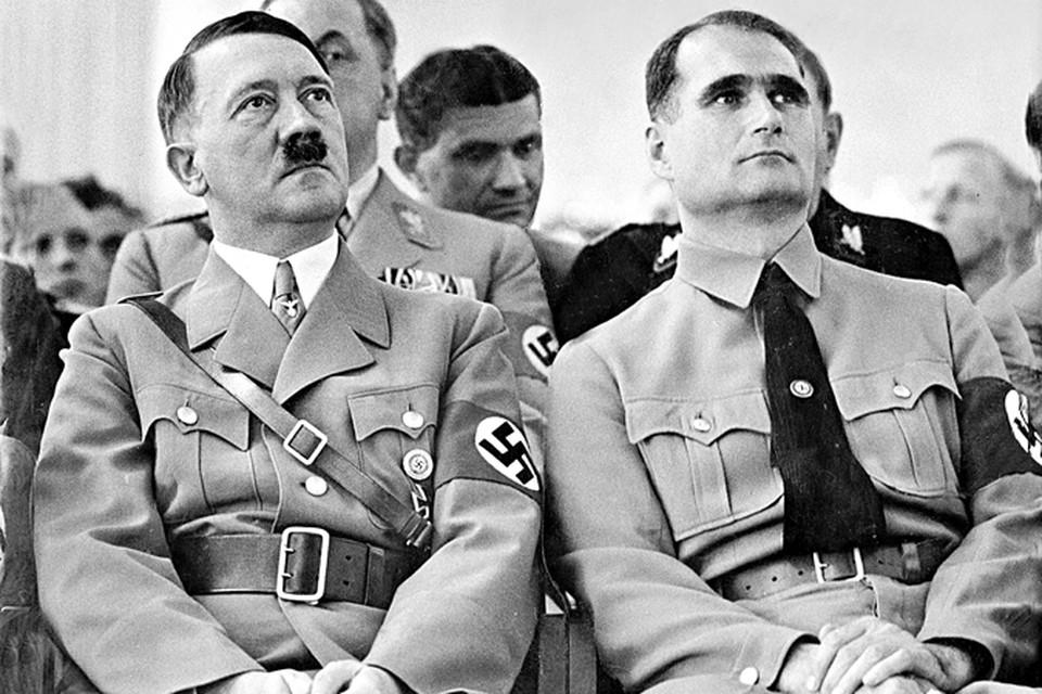 Почти 20  лет верный Гесс (справа) был тенью фюрера.