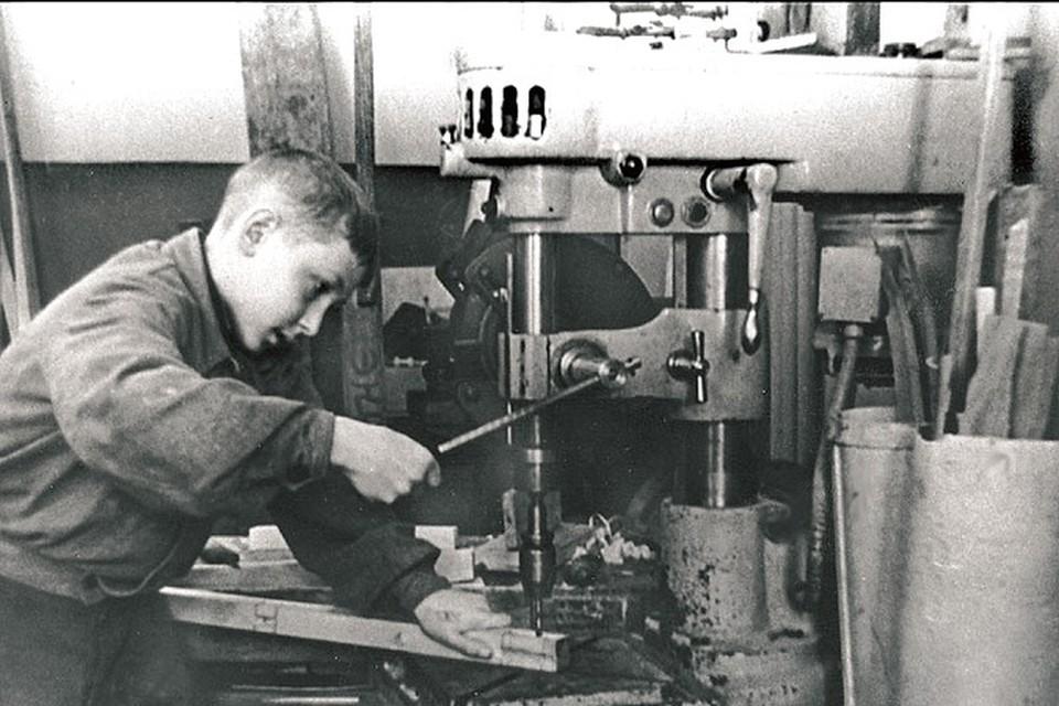 Для многих детей, мобилизованных на производство в 11 лет, приходилось подставлять ящики, чтобы до станков могли дотянуться.