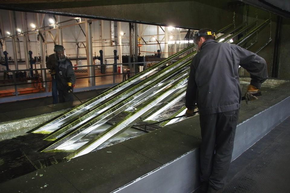 На Линевский завод металлоконструкций продукция для оцинковывания приходит даже из-за рубежа. Фото: предоставлено пресс-службой правительства НСО