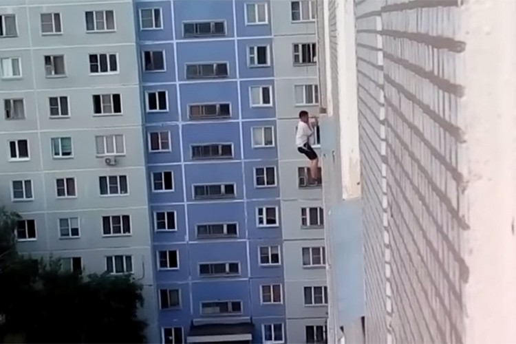Девушка не открыла окно парню, который спустился к ней с крыши на веревке. Фото: кадр из видео