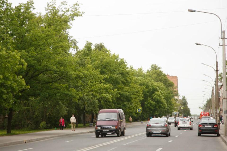 Раньше называлась Бульварная улица: две проезжие части разделял бульвар, часть его осталась и сейчас.