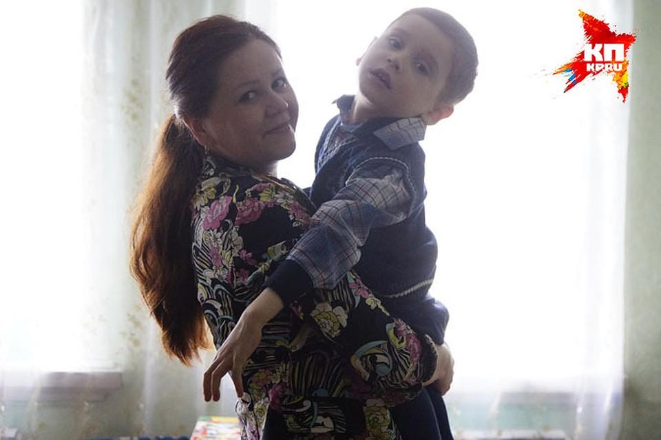 Сын повалил мать на кровать и закинул ноги