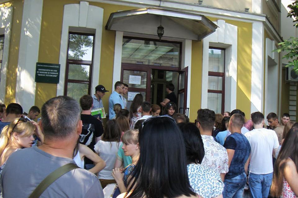 У входа в здание Медуниверситета молодежи - как перед дверьми престижного ночного клуба.