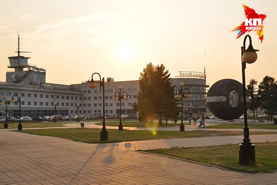 Шар Бухгольца установлен у речного вокзала в честь основателя города.