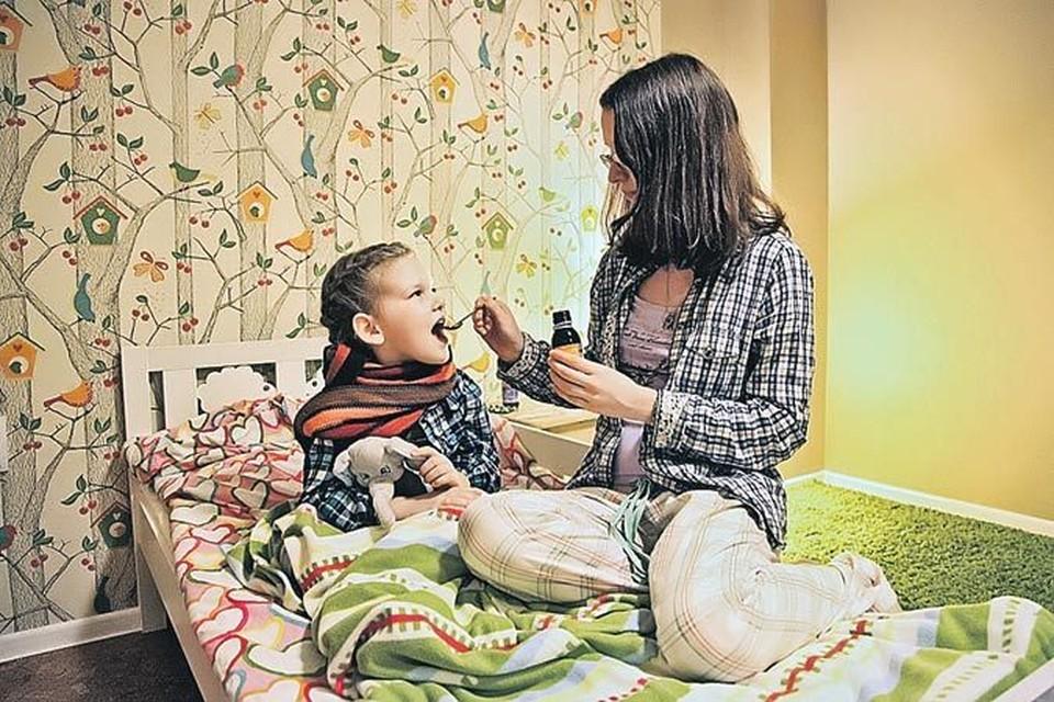 Если ребенок лечится амбулаторно, то за первые 10 дней больничного мама получит пособие в полном размере - таком же, как в случае собственного заболевания.