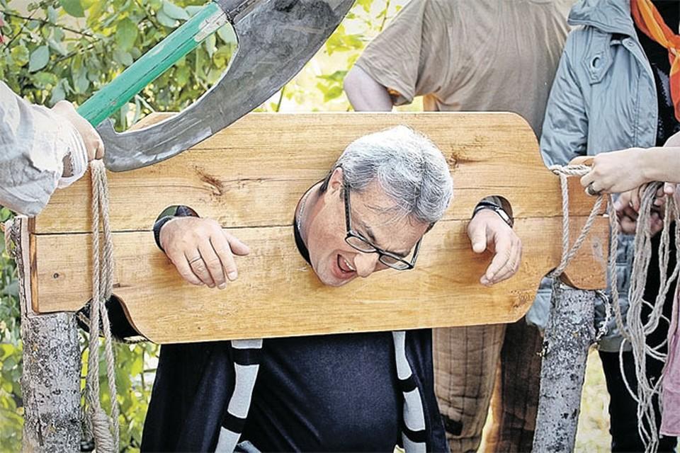 Вячеслав Гайзер шутит во время одного из городских праздников. Картина оказалась пророческой. Фото: Рафаэль ГАЛИМУЛЛИН