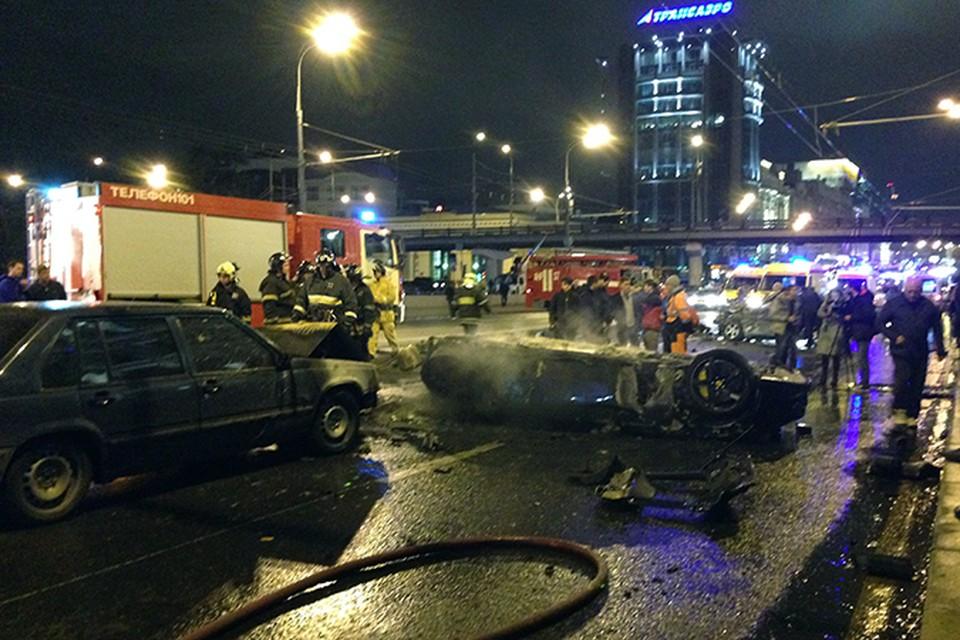 Очевидцы рассказывают, что за несколько секунд до столкновения шикарный Ferrari петлял из ряда в ряд, обходя другие авто