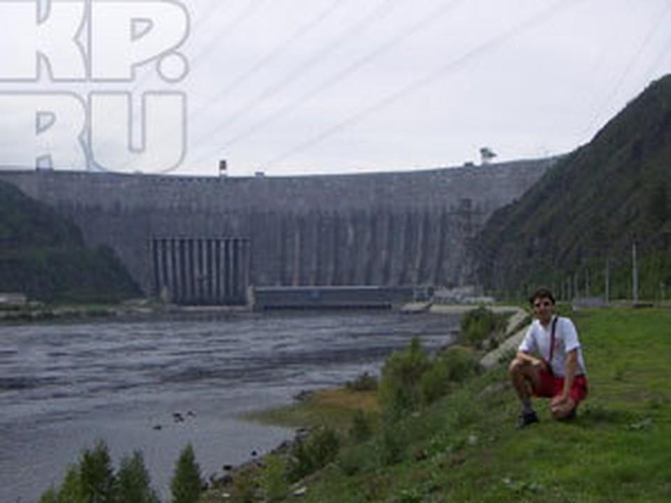 После аварии на Саяно-Шушенской ГЭС спасатели на Енисее пытаются собрать масляное пятно