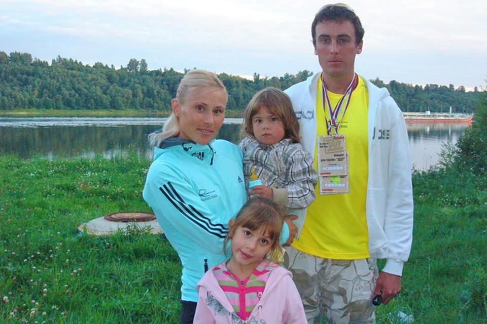 На фото трехкратная Олимпийская чемпионка Юлия Чепалова с мужем Василием Рочевым и дочерьми Олесей и Васелиной (на руках). Фото: Константин Бойцов.