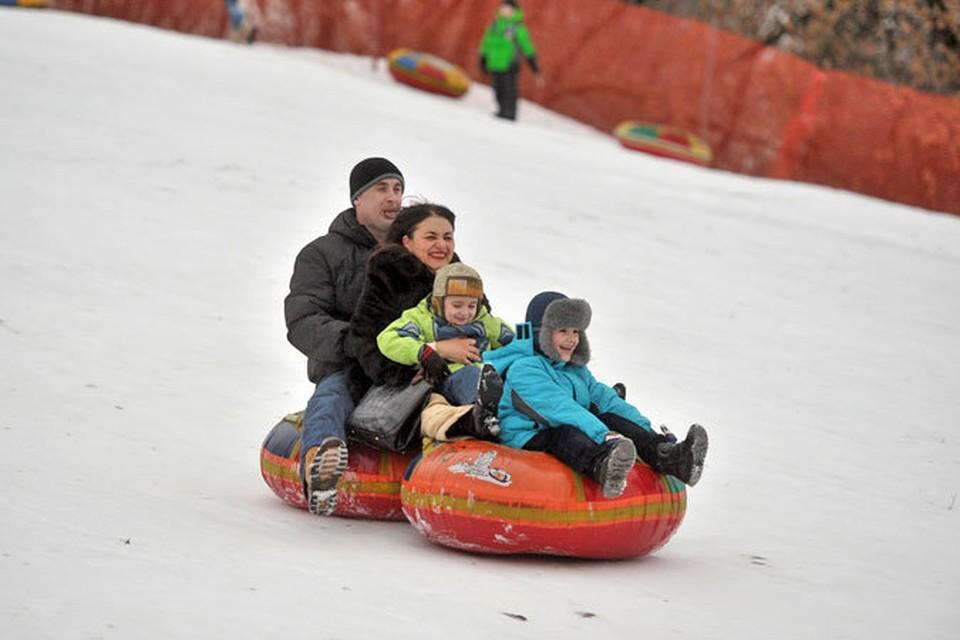 Чтобы новогодние выходные не прошли скучно и оставили прекрасные воспоминания о зимнем празднике, предлагаем несколько идей для совместного досуга детей и взрослых