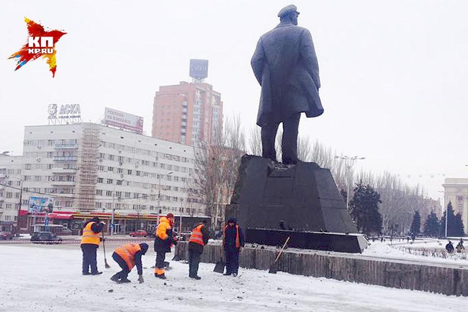 Неизвестные взорвали памятник Ленина в Донецке.