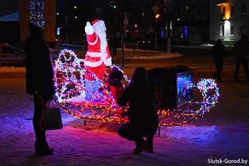 Кражу Деда Мороза в Слуцке раскрыли: его расчленили и выбросили на свалку
