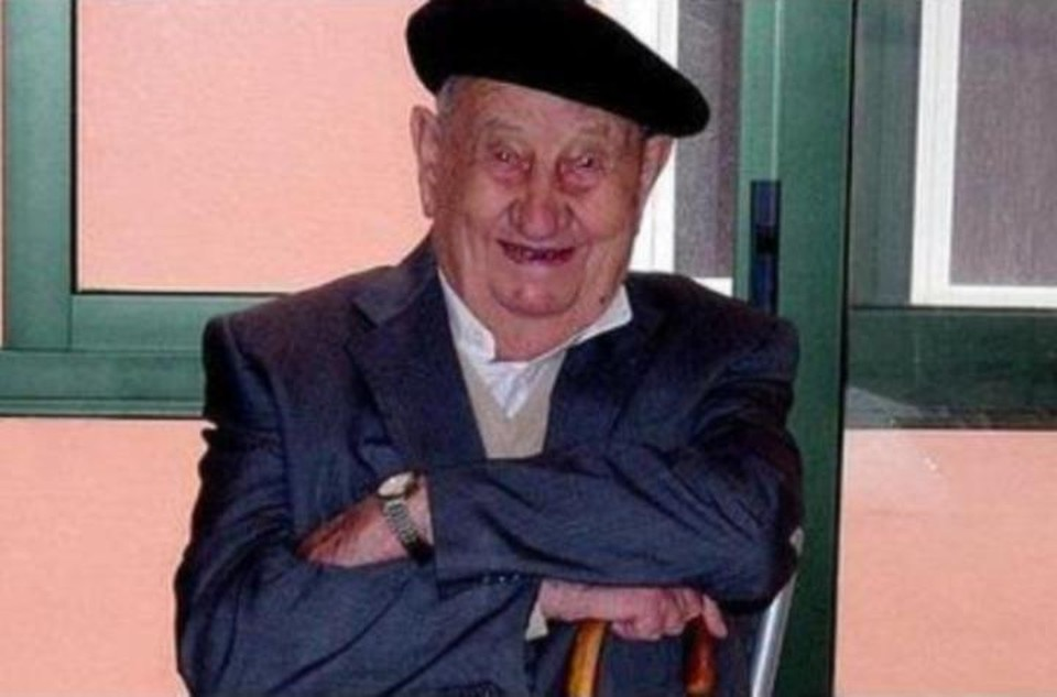 Антонио Докампо Гарсиа дожил до 107 лет, употребляя вместо воды вино. Фото:@Jabitxu/Тwitter.