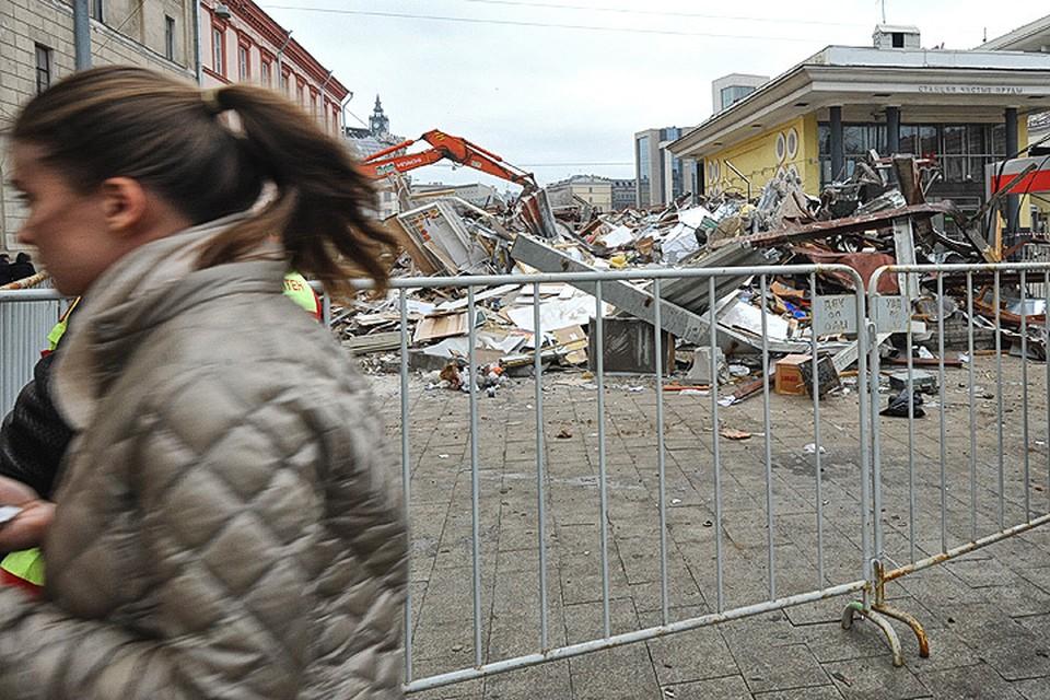Процедура сноса незаконных построек временами напоминала спецоперацию. Столичные власти постарались быстро избавиться от незаконных строений.