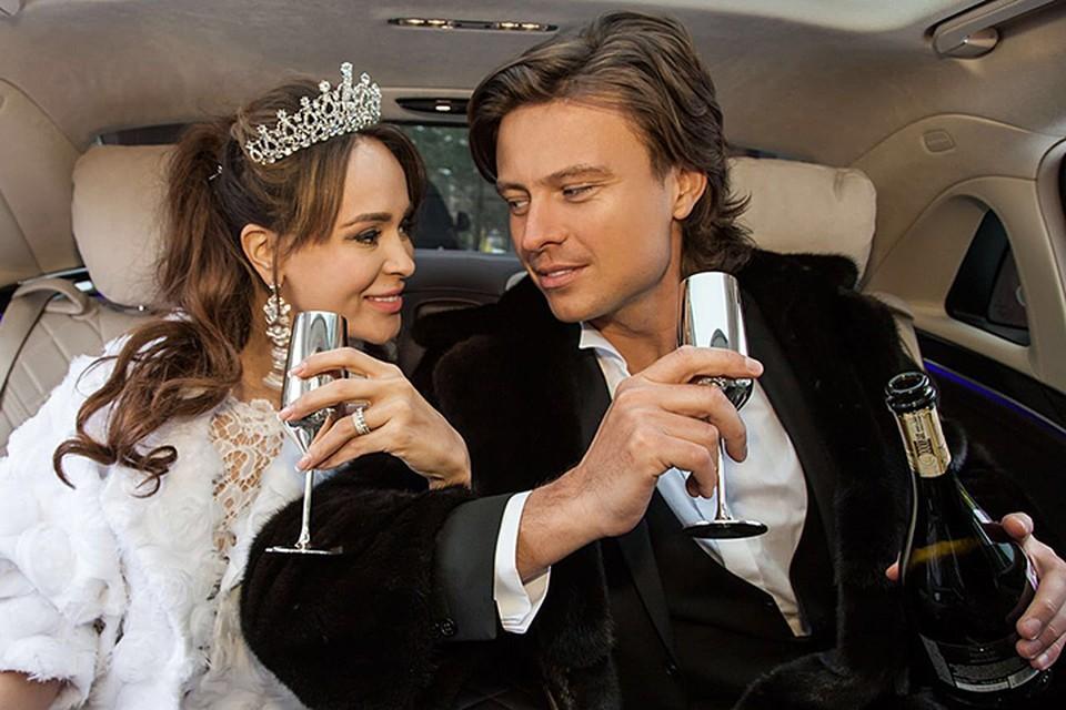 Фотограф, снявший Шаляпина и Калашникову у дверей ЗАГСа, рассказал «КП», мол, жених и невеста приехали на подачу заявление в свадебных костюмах. Фото: Евгений Вавржин