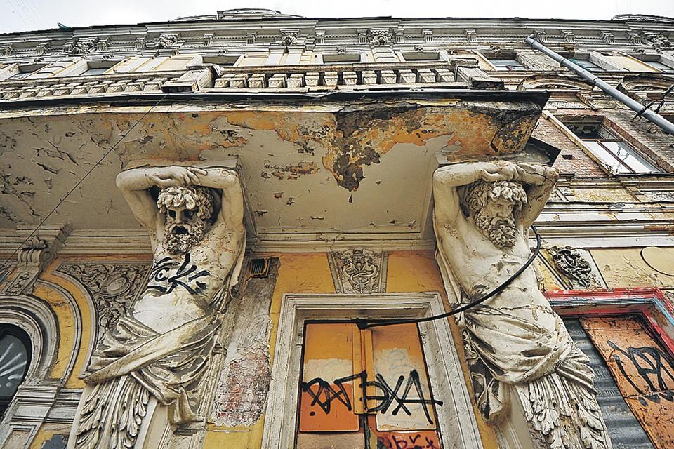 Здание бывшего доходного дома, в котором был чайный магазин Расторгуевых, в ужасном состоянии. То, что не смогли сделать время и нерадивые хозяева, довершили безмозглые хулиганы.