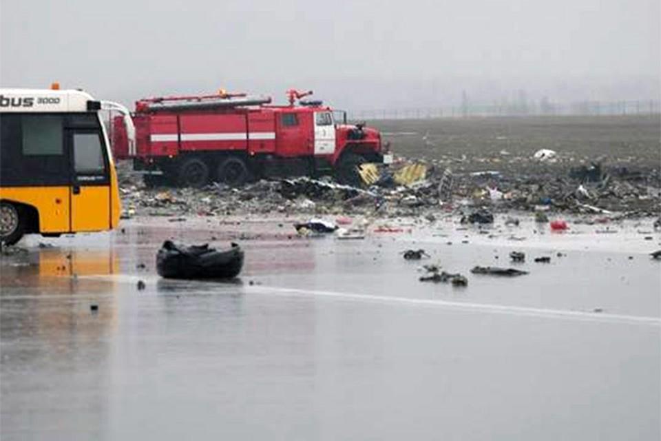 Взлетно-посадочная полоса аэропорта в Ростове-на-Дону усыпана обломками лайнера. Фото: Правительство Ростовской области