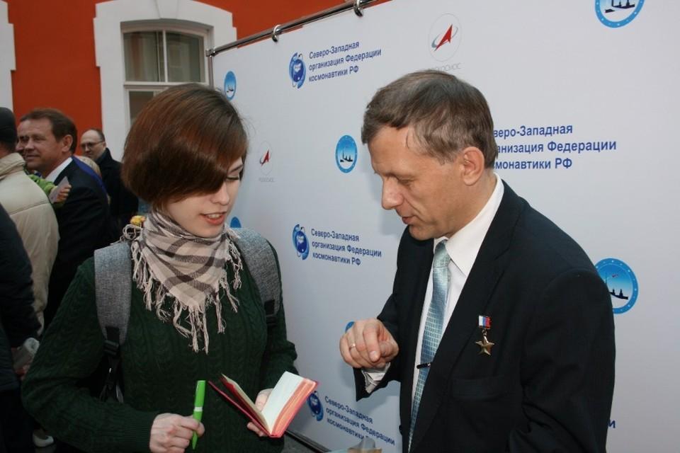 Андрей Борисенко раздавал автографы и отвечал на вопросы.
