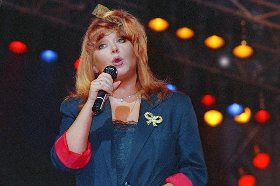 Песню «Я тебя поцеловала» Алла записала для новогоднего «Голубого огонька» в 1990 году.  Фото Андрея Бабушкина /Фотохроника ТАСС/