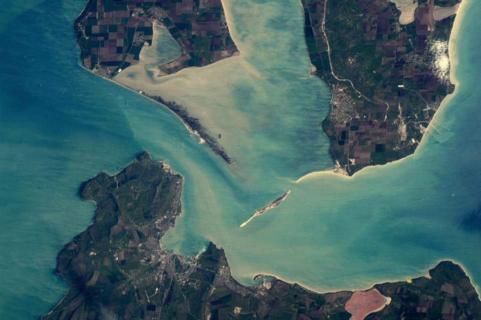 Вид на таманский (вверху) и керченский (внизу) полуостров стал хитом в Интернете. Фото: twitter.com/astro_tim