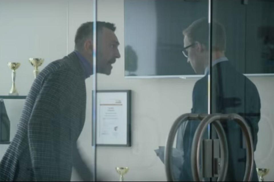 Сергей Шнуров снялся в клипе в роли начальника. ФОТО: скриншот