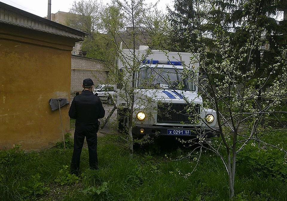 На этом автомобиле в суд доставили задержанных.