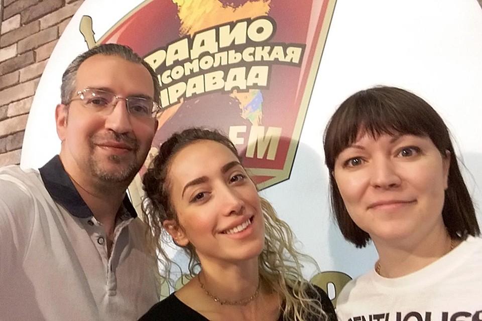 Художник-дизайнер Ани Эгоиста (на фото в центре) в гостях у Михаила Антонова и Оксаны Фоминой в программе «Важные птицы» на Радио «Комсомольская правда»