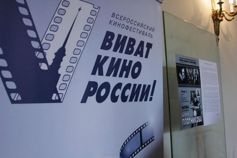На Дворцовой площади петербуржцы споют песни из любимых кинофильмов