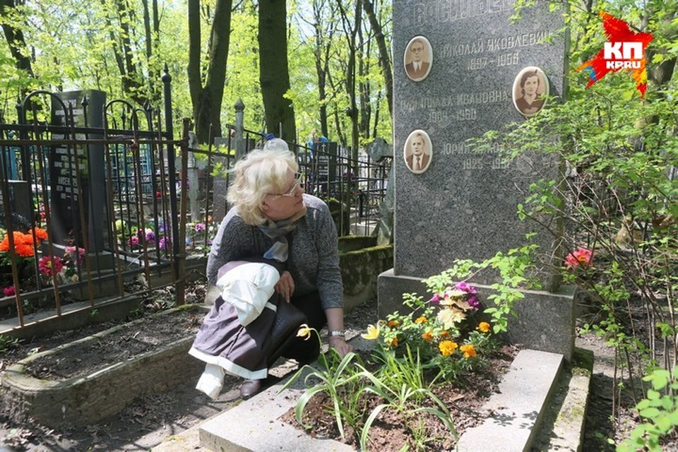 Наталья у могилы отца, дедушки и бабушки.