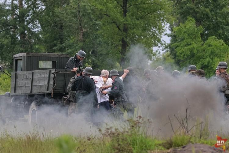 Немцы пытают нагайкой советского пленного.