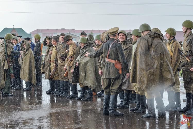Перед выдвижением участников реконструкции на позиции влил дождь.