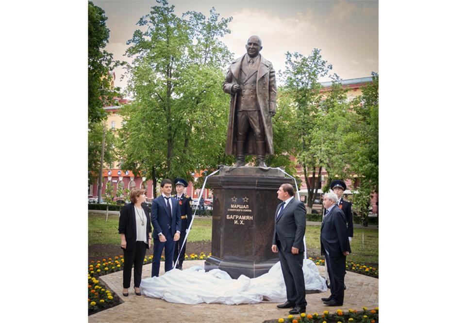 В церемонии открытия памятника приняли участие губернатор Орловской области и потомки Маршала