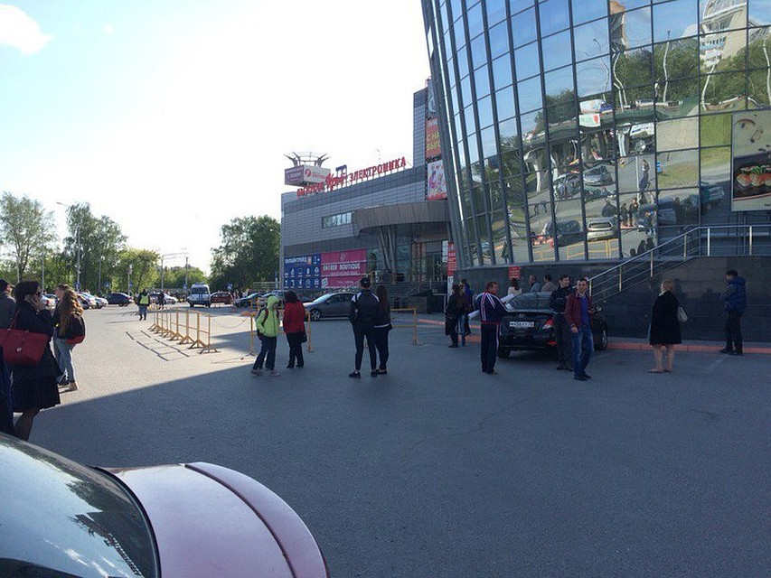 39556c03047c В ТРЦ «Премьер» в Тюмени из-за бесхозной сумки эвакуировали покупателей и  продавцов