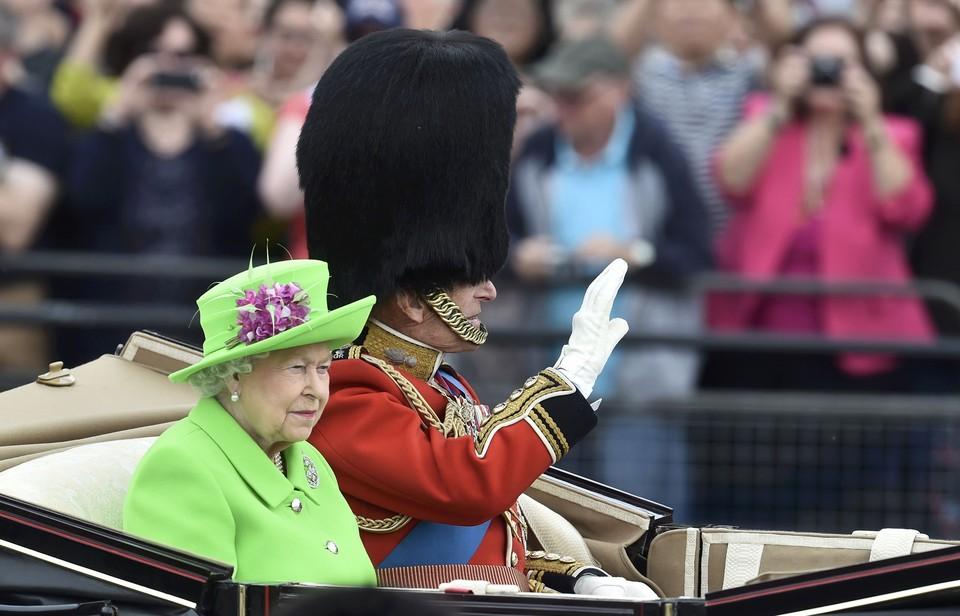 Королева Великобритании вышла в свет в экстремально ярком наряде.
