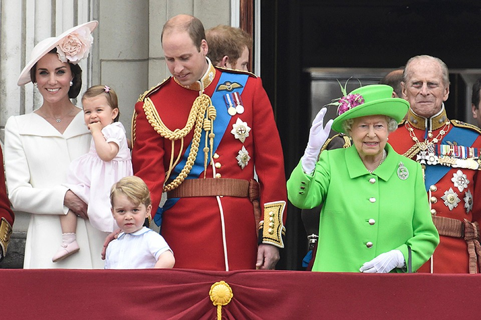 Елизавета II приветствует британцев с балкона Букингемского дворца.