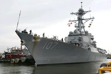 Эсминец США пошел на таран российского боевого корабля