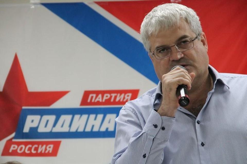 Лидер новосибирского отделения партии Вячеслав Илюхин считает, что вопрос строительства нового моста надо выносить на референдум.