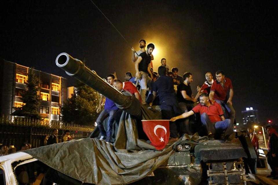 Против попытки госпереворота выступили тысячи жителей Турции: они окружали танки, которые военные вывели на улицы городов