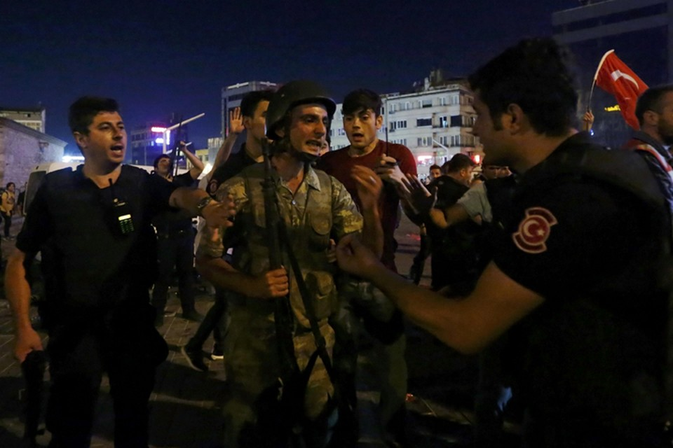 Солдаты сдают оружие военным