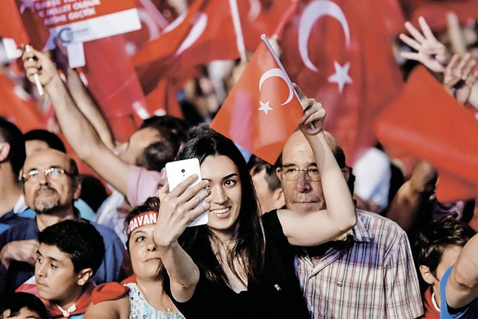Победу над путчистами турки восприняли как национальный праздник.
