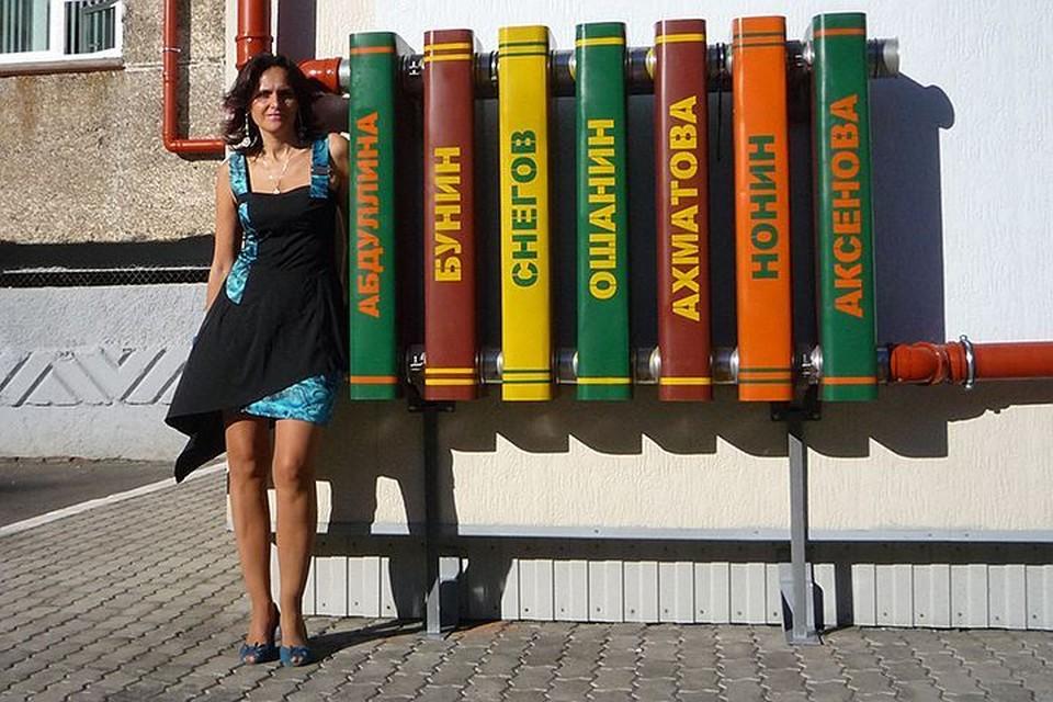 """Художница Марина Звягинцева около паблик-арт объекта """"Вечная теплота"""", установленного на фасаде Публичной библиотеки Норильска"""