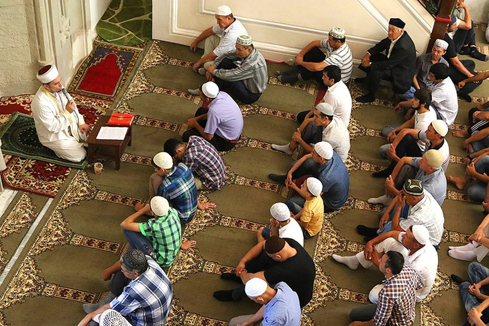 Мусульмане во время намаза в мечети Джума-Джами, Евпатория, Крым. ФОТО Алексей Павлишак/ТАСС