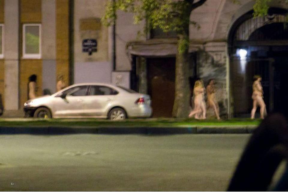 Дацик ведет голых путан в полицию.