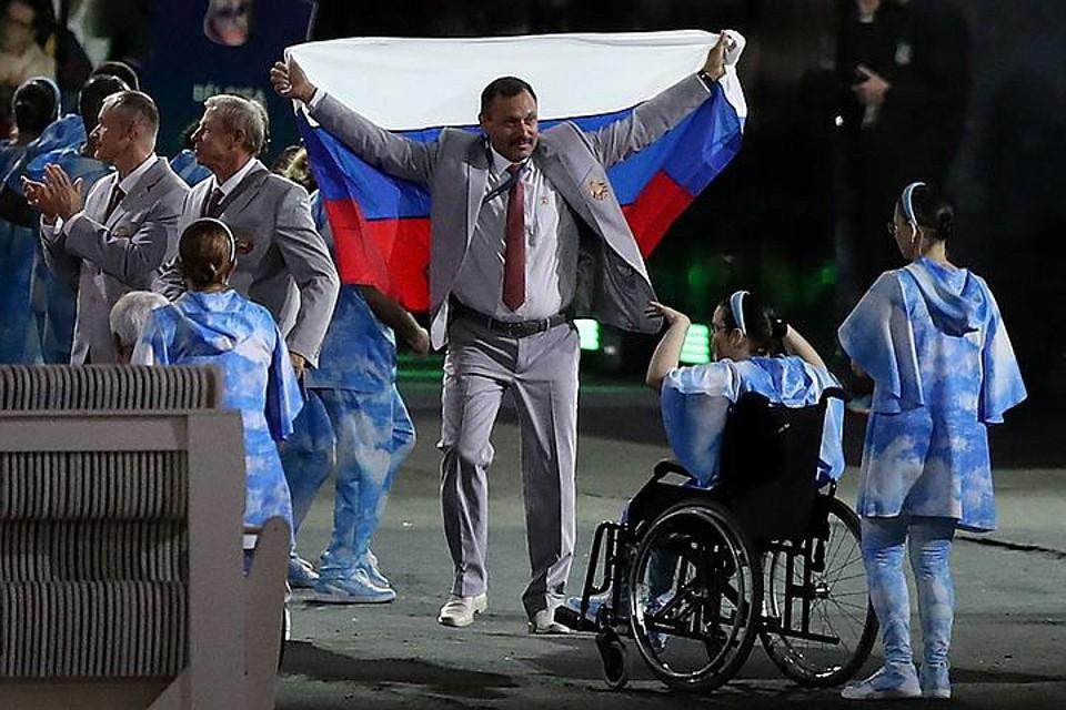 Андрей Фомочкин достал российский флаг во время Парада наций. Фото: FA Bobo/PIXSELL/PA Images